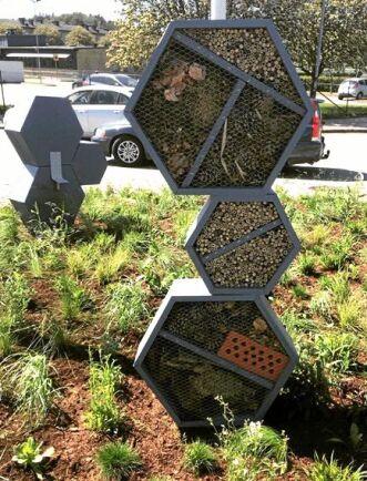 Insektshotellen är utplacerade i nio olika rondeller i stan.