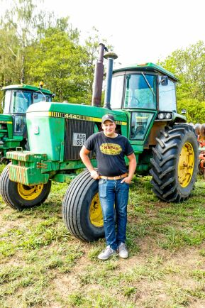 Erik Holstmark är förare på gårdens ena John Deere 4440.