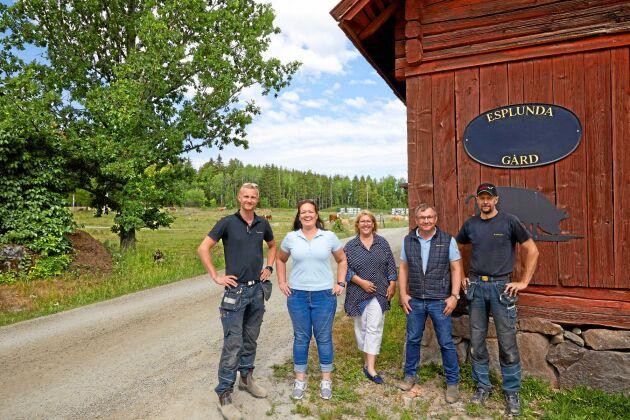 Samarbete är parollen för Esplunda gård. Från vänster: Gustav Anzén, driftsledare, Petra Lindblad, djurchef, Maria berg, ekonomi- och administrationsansvarig, Per Nilsson, gårdsägare, och Peter Berglund, maskinansvarig.