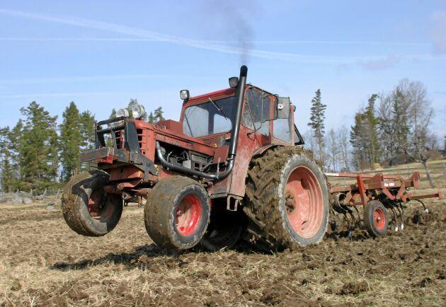 Sven-Inge Larssons har ett 20-tal BM-traktorer. Här är syns en av hans 350 Boxer som han har byggt ett turboaggregat på, pipan är även flyttad till hyttstolpen.