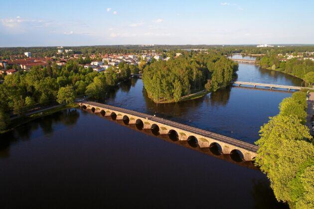 I Karlstads älvlandskap kan du promenera på den långa stenvalvsbron.