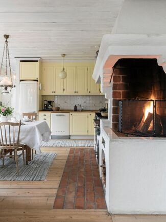 I köket är spis, vedspis och öppen spis inbyggda i murstocken.