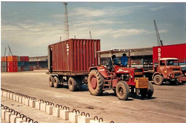 En 2600 som kom i väg var denna traktor. Den jobbade vid fototillfället i en hamn i Dar es-Salaam, Tanzania. Just denna 2600 har en dekal det står Valmet på.