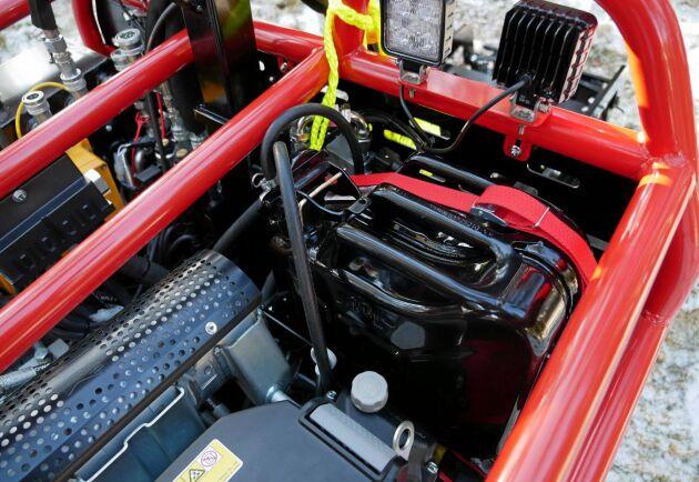 Motorn i den nya Järnhästen är en helt ny från Honda på 25 hästkrafter. Tankningen sker genom att byta ut 10- eller 20-liters Jeepdunkar.