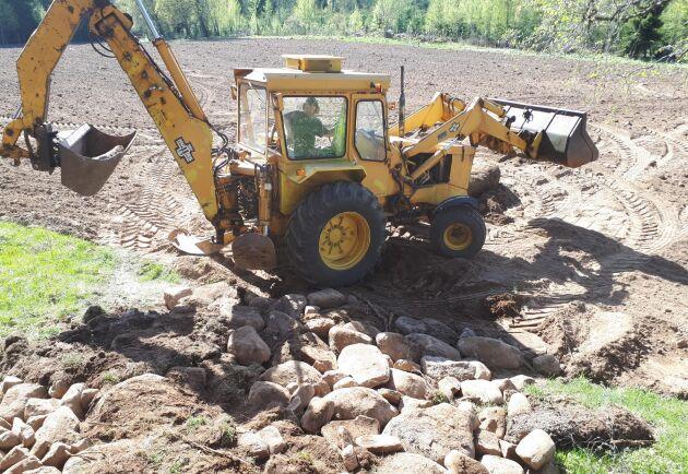 Traktorgrävaren är byggd på en Valmet 702. Såklart.