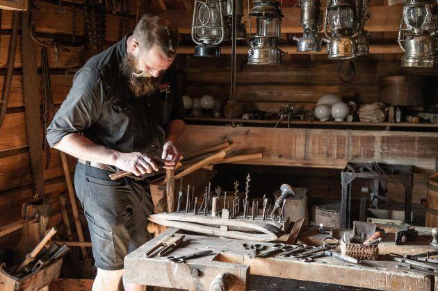 Fredrik har ett gediget intresse för gamla redskap och föremål och har samlat på sig under många år. De passar bra i gårdens loge.