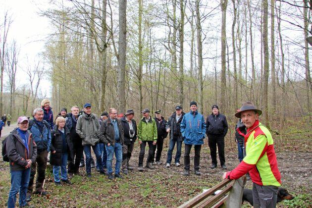 Skogvaktaren Hubert Schick tar emot på de ädellövdominerade markerna som tillhör slottet i Langenburg.