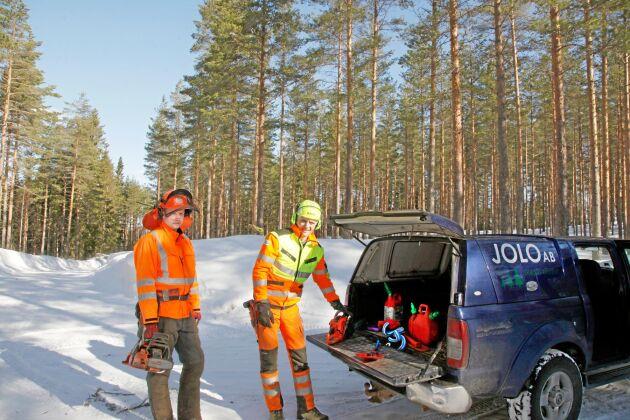 Anders Göransson och Lars-Göran Löfgren vet inte när de kan dra i gång sågarna och börja avverka.