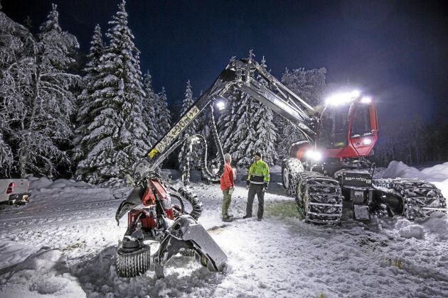 """Skiftbyte i nattmörkret. """"Vi kör försiktigt med maskinen för att den ska hålla bra. Inget kul att reparera mitt i natten i 25 minusgrader"""", säger Lars-Olof Berggren."""