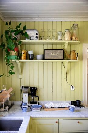 Hyllorna har suttit i köket sedan huset byggdes för över 100 år sedan och sattes tillbaka efter renoveringen.