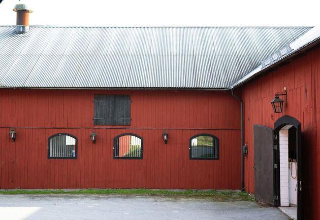 Lilla Hällby gård. Mer information och bilder hos Skeppsholmen fastighetsmäkleri.