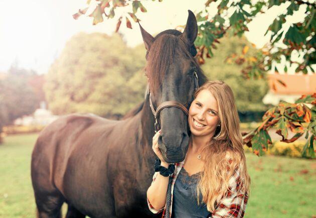 När hästen har stallats in gäller det att tänka på hur den äter och får röra sig annars finns risk att den drabbas av kolik.