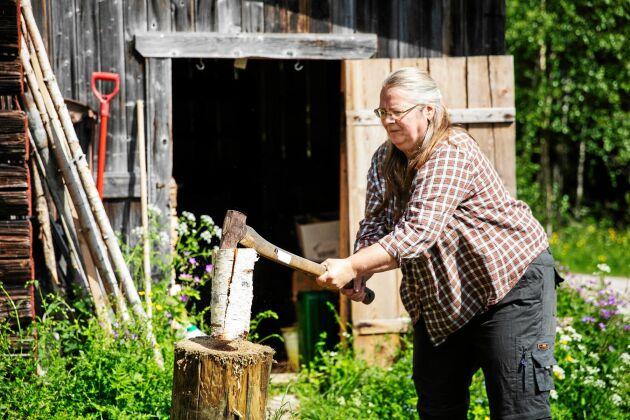Vedhuggning och klyvning är en evig syssla på gården. Ibland klyver Pia för hand.