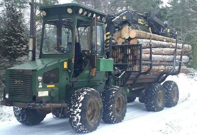 Det är fullt lass på ÖSA 250 som är från mitten av 1980-talet, skriver Stefan Ljungfjärd. ÖSA 250 börjar säljas 1980 och då stundar de riktigt svåra tiderna för tillverkarna av skogsmaskiner.