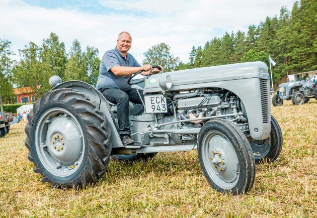 Stefan Reuterhäll ger gas och Rovermotorn under huven spinner som en tamkatt.