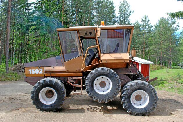 En tanke med boggilyftet är att traktorn ska bli lättare att svänga. När de bakre hjulen hissas upp blir hjulbasen kortare och du behöver bara vända med ett hjulpar i backen där bak.