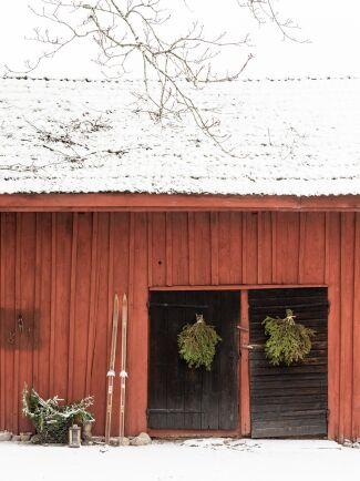 Även uthusen fylls med julkänsla i form av granruskor på dörrarna.