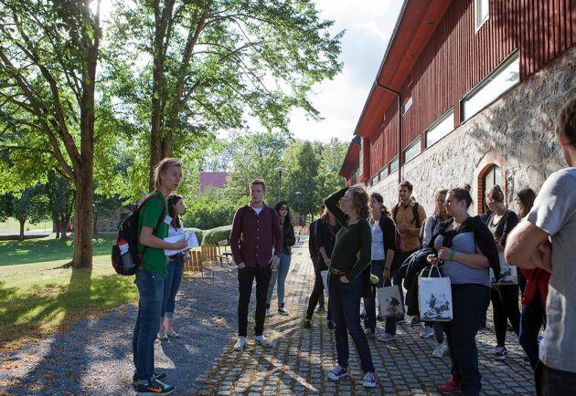 Genom topplaceringen hoppas man locka fler ambitiösa elever. Här är nya internationella studenter på en rundtur vid SLU:s campus i Uppsala.