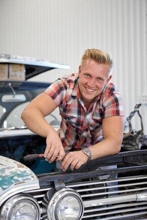 Gottfrid älskar att meka med gamla bilar. Här jobbar han med att byta motor i sin Chevrolet Bel Air 1960.