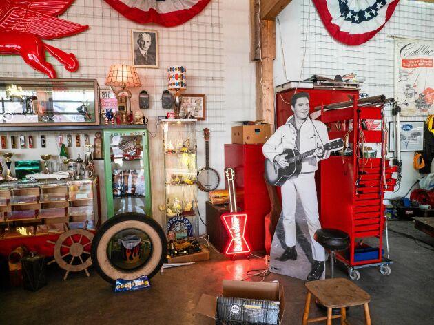 Japp, Elvis som pappfigur har givetvis sin plats i garaget.