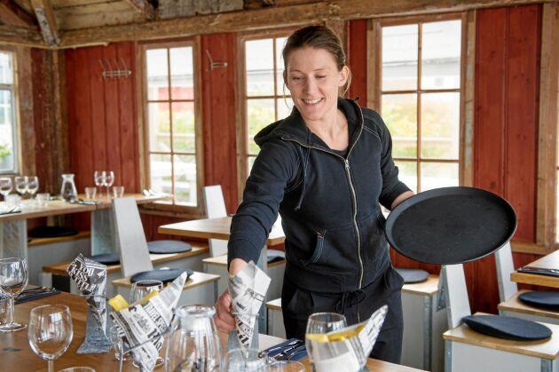 Emelie Olsson, köksansvarig, dukar upp inne i Musselbaren.
