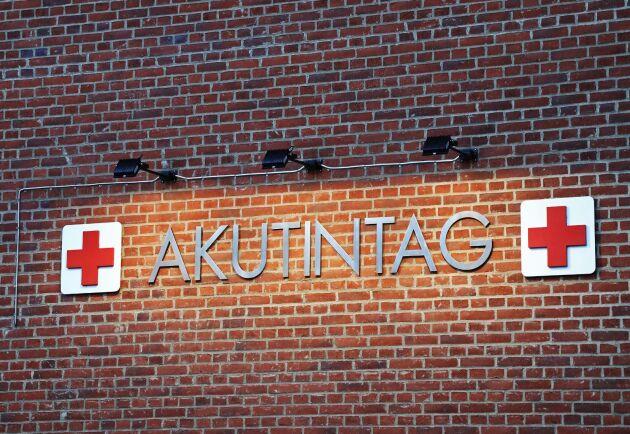 En man fick armen avsliten i en olycka på Lantmännens foderfabrik i Falkenberg, men läkarna på Sahlgrenska sjukhuset i Göteborg lyckas sy fast den igen.