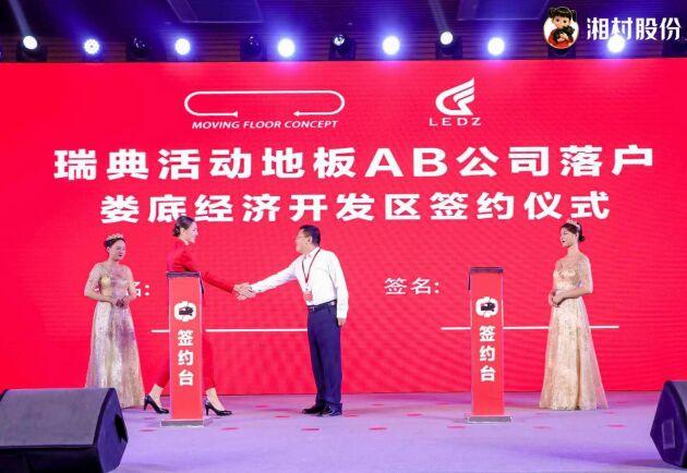 Kontraktet signerades på ett stort event där representanter från den kinesiska grisindustrin minglade sida vid sida med politiker och branschorganisationer. Här skakar Moving Floors VD, Peg Söderberg, hand med Mr Zhang, som är representant för Loudi Development Zone där bolaget etableras.