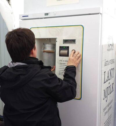 Mjölken i automaten är sedvanligt lättpastöriserad. Kunderna fyller på i valfritt kärl och betalar i kassan. Nu har livsmedelshandlare hört av sig till Gäsene Mejeri och vill ha mjölkautomater i sina butiker.