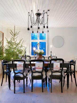 Den ståtliga julgranen får ståta i sin naturliga prakt med bara belysning som prydnad.