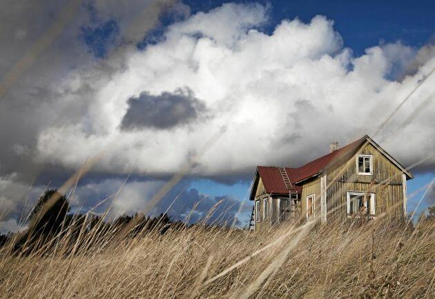 Mitt i all kärlek till det gamla och vackra. Molnen hopas över de svenska ödehusen.