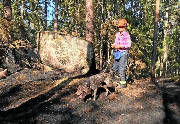 Malin Kyllesjö och Ripa har som ekipage fått certifieringen Skogsbrandhund.