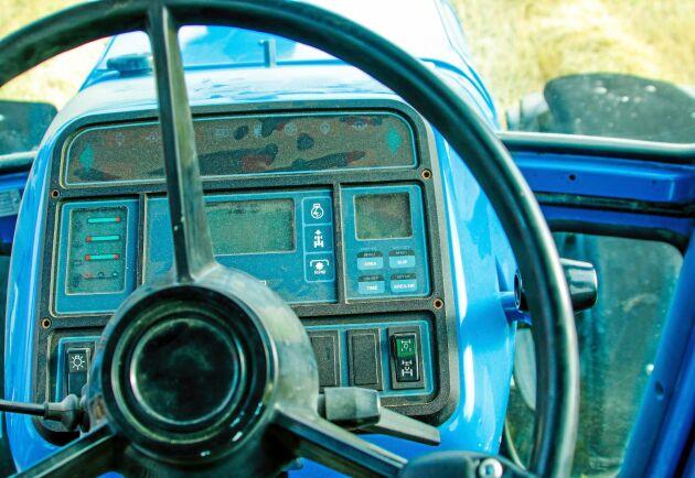 Modernt 1988. Så här såg instrumentbrädan ut på TW25. Blått och svart var Fords favoritfärger.