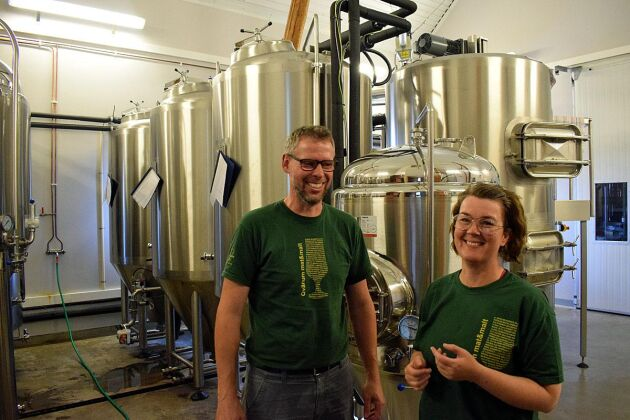 Håkan Augustsson och Camilla Hedergård är två av personerna som jobbar på bryggeriet.