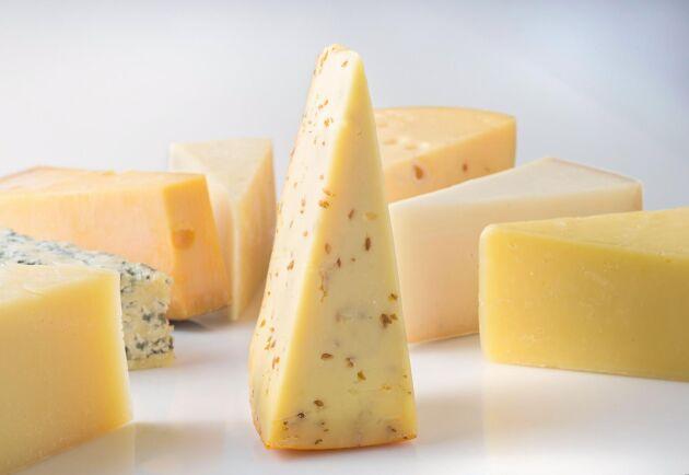 Flera länder väljer bort den svenska osten och värdet på ostexporten har minskat i förhållande till importen.