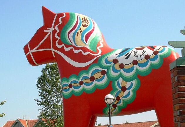 Dalahästen i Avesta uppfördes av ett danskt fastighetsbolag. Nu har den renoverats och sålts vidare till kommunen.