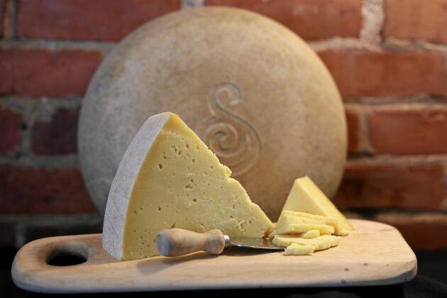 Svedjans prisade gårdsost med populär smak funkar utmärkt i stället för parmesan.