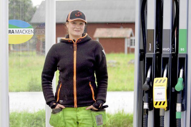 Rebecca Hamnstedt är mackansvarig. I dag krånglade kvittoskrivaren, då ryckte hon ut och fixade.