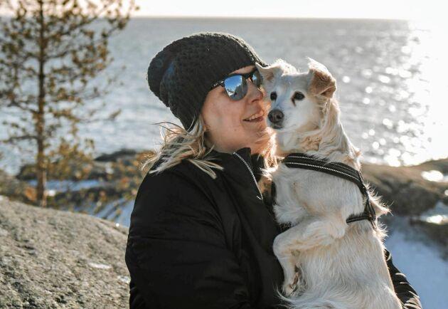 Linda och hunden Leia. Leia är en gatuhund från Grekland, som Linda fick hem till Sverige för fem år sedan via organisation www.gatuhundar.se, då Leia var cirka två år.