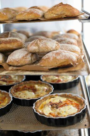 Surdegsbrödet och de egengjorda matpajerna hör till storsäljarna.