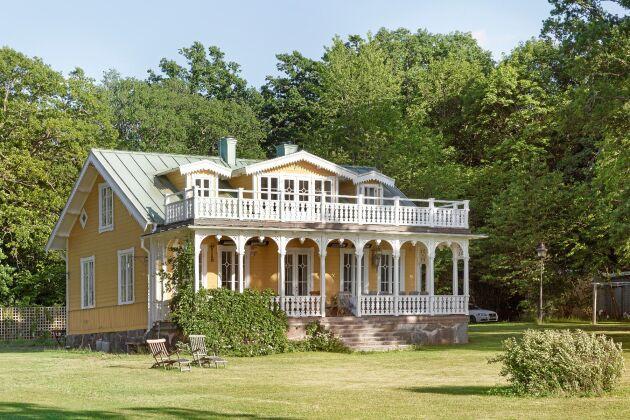 Det gamla trähuset med sina snickrade verandor är i dag bostad för Anita med familj.