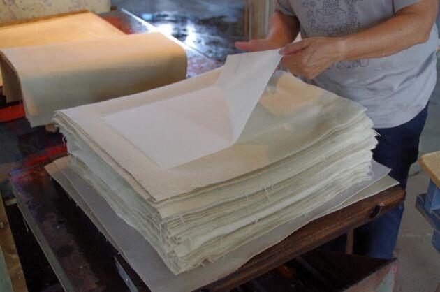 Efter pressning skiljs varje ark från filten, granskas och går till torkning.