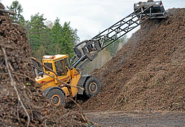 Varje år producerar Wiggeby Jordbruk omkring 10 000 ton planterings- och anläggningsjord. Fyra personer arbetar med återvinningen, varav en transporterar hästgödsel på heltid.