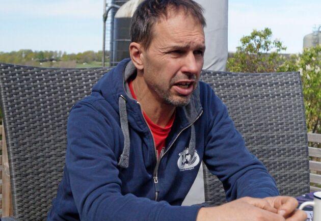 Lars Svensson använder sand i liggbåsen till halva sin besättning. När han sökte miljötillstånd var det ingen som frågade efter vilket strömedel han tänkte använda.