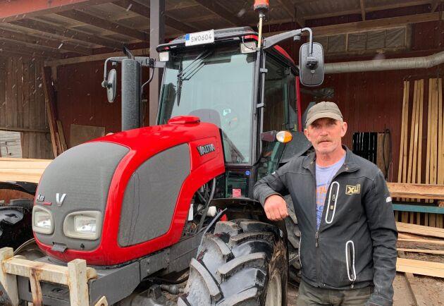Bengt Andersson är i grunden väldigt nöjd med Valtra. Men efter sitt senaste traktorköp är han tveksam. Förutom den inbytta A84:an har han även den här A83:an, som har gått 1 900 timmar och som fortfarande är lika rolig att köra.