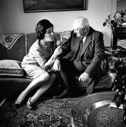 Visst var pappa lantbrukaren stolt över sin dotter, men nog hade det varit bättre om hon hade tagit över gården, tyckte han. Här på besök 1964.