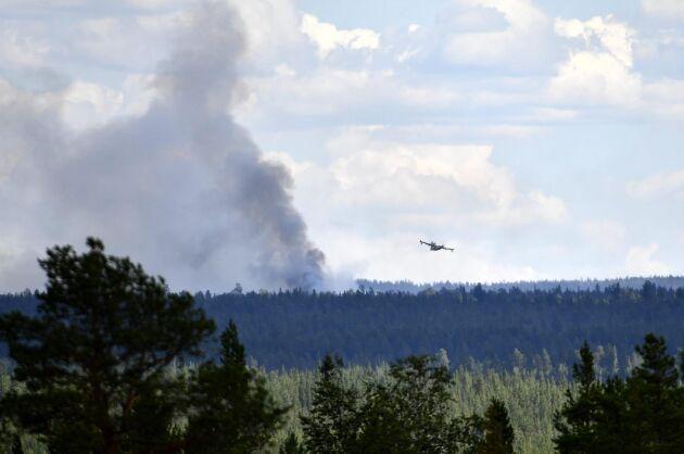 Brandbekämpning med flyg av skogsbrand i Älvdalen