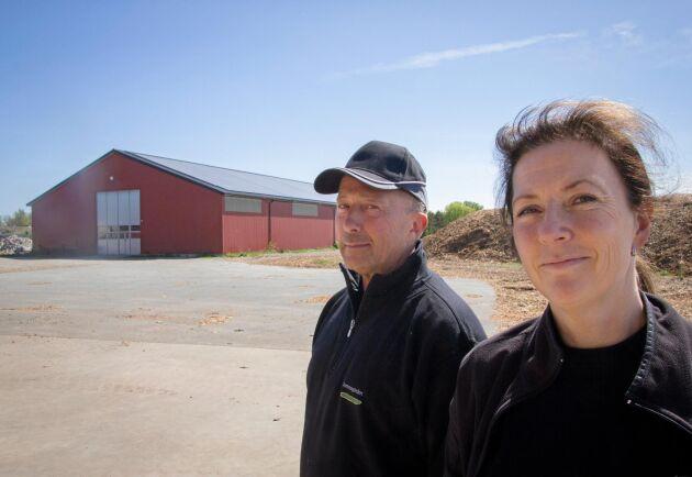 Gurkodlarna Jeppe Robertsson och Linda Lövberg satsade 2,8 miljoner kronor på att lägga 1 320 kvadratmeter solpanel på maskinhallens tak.