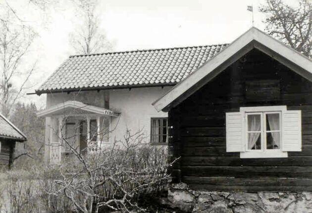 I det lilla torpet i Västra Ny socken i Östergötland föddes en gosse som kom att bli en stor och folkkär konstnär.