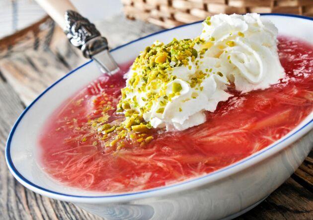 Sommarens svalaste dessert är denna goda rabarbersoppa.