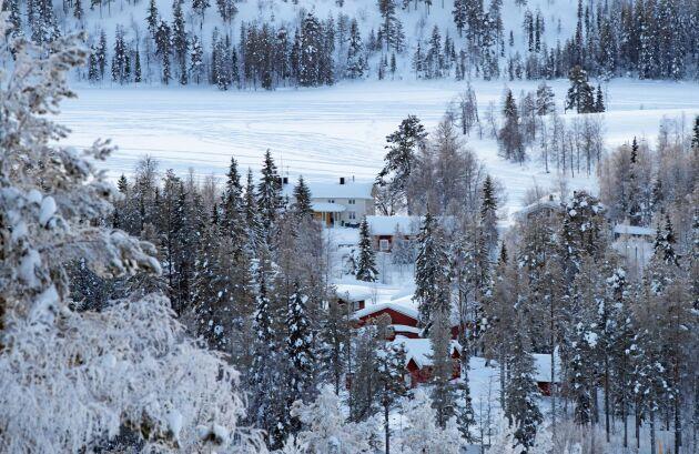 Från backen kan man bland annat blicka ner på husvagnarna som ligger inbäddade i snö. Här finns i dag 300 husvagnsplatser.